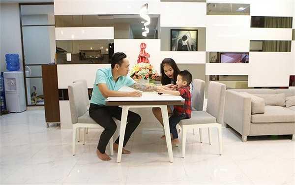 Phòng khách và khu bếp thông nhau, tạo nên không gian thoáng đãng cho căn hộ. Vợ chồng Duy Mạnh chọn cách thiết kế đơn giản nhưng nền nã cùng các tông màu sáng như trắng, kem...