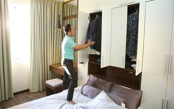 Phòng ngủ của vợ chồng Duy Mạnh cũng được trang trí bằng tông màu trắng và kem. Những khoảng nâu của tủ hay chăn gối tạo thành điểm nhấn trong căn phòng.