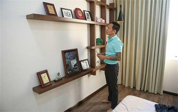 Nam ca sĩ cũng dành một góc nhỏ trong phòng ngủ để trưng bày các giải thưởng từng đạt được trong sự nghiệp ca hát.