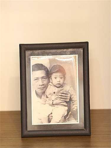 Tấm hình chụp với bố từ thuở nhỏ được anh đặt trang trọng trên bàn.