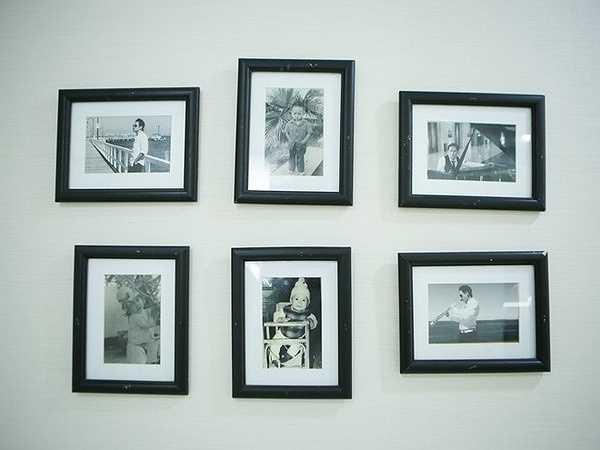 Những hình ảnh từ thời thơ ấu tới khi nổi tiếng của Duy Mạnh được treo trong nhà. Nguồn: Zing