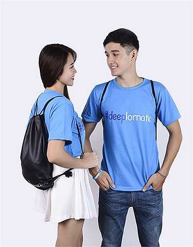 Chiếc áo 'deeplomatic' là sự kết hợp giữa hai chữ deep (sâu sắc), diplomatic (ngoại giao).