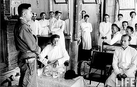 Đại tá tỉnh trưởng Phạm Ngọc Thảo  tiếp xúc với người dân ở Bến Tre.