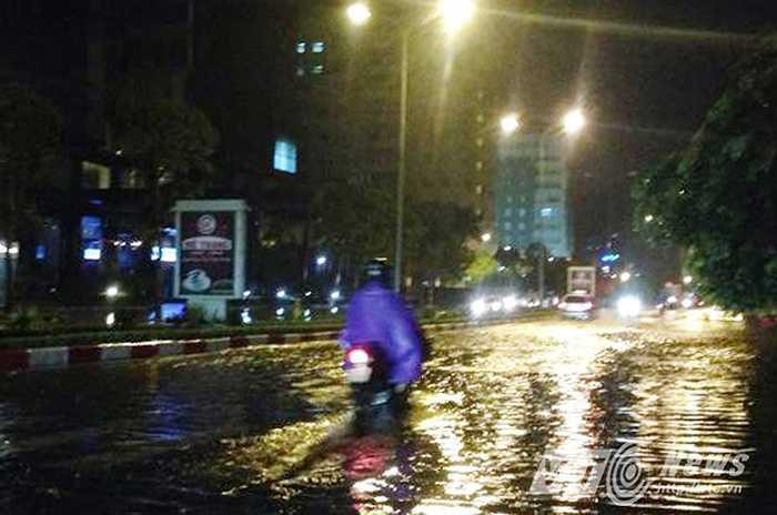 Cơn mưa lớn kéo dài khoảng 3 tiếng đồng hồ xảy ra vào khoảng chiều tối ngày 29/8 đã làm nhiều tuyến phố trên địa bàn Hà Nội rơi vào cảnh ngập úng.