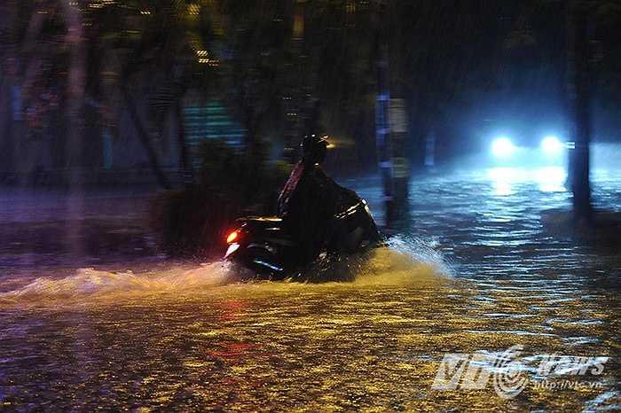 Lượng mưa lớn dồn dập trong một thời gian ngắn đã khiến nhiều tuyến phố chìm trong biển nước.