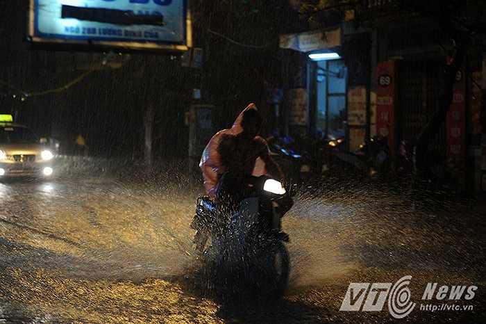 Nhiều xe máy cũng tăng ga để băng qua đoạn nước ngập sâu tránh bị chết máy.