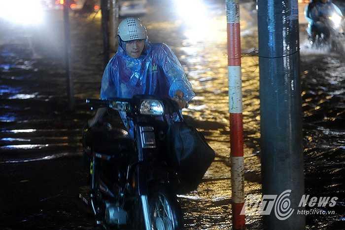 Tuy nhiên nhiều chủ xe vẫn phải chịu cảnh dắt bộ do nước mưa dâng quá cao.