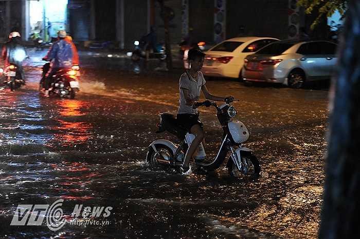 Xe đạp điện bị chết máy giữa đường trên phố Phạm Ngọc Thạch.
