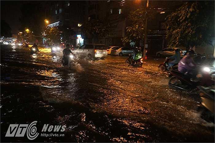 Thời điểm 22 giờ 30 phút ngày 29/8, mặc dù mưa đã tạnh được nửa tiếng nhưng nhiều tuyến phố vẫn chìm trong biển nước. (Ảnh: Chiến Long)