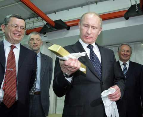 Tổng thống Vladimir Putin (thứ hai từ phải) trong một lần ghé thăm kho chứa vàng ở Matxcơva - Ảnh: AFP