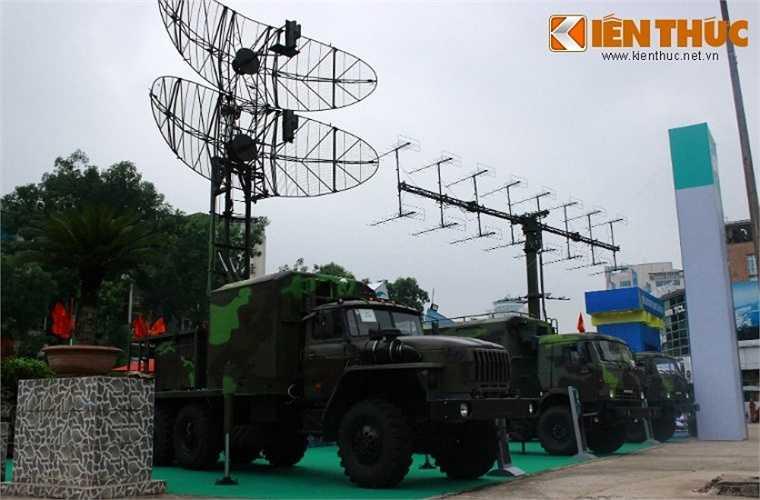 Tổ hợp đài radar do Viettel chế tạo hoàn toàn trong nước, tất nhiên vẫn sử dụng một số linh kiện nhập khẩu. Hệ thống radar này cho phép phát hiện các mục tiêu trên không và cung cấp thông tin phần tử mục tiêu tới các tổ hợp tên lửa phòng không.