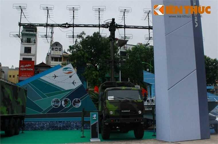 Cận cảnh xe anten thuộc đài radar cảnh giới tầm trung sóng mét VRS-M2D.