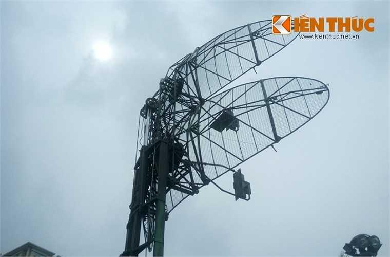 Hệ thống anten của VRS-2DM có phần khác với VRS-M2D.