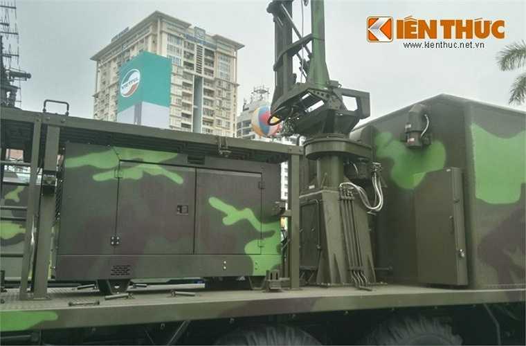 Ngay dưới chân anten radar là máy phát điện diesel có lẽ cung cấp năng lượng phục vụ triển khai hoạt động đài.