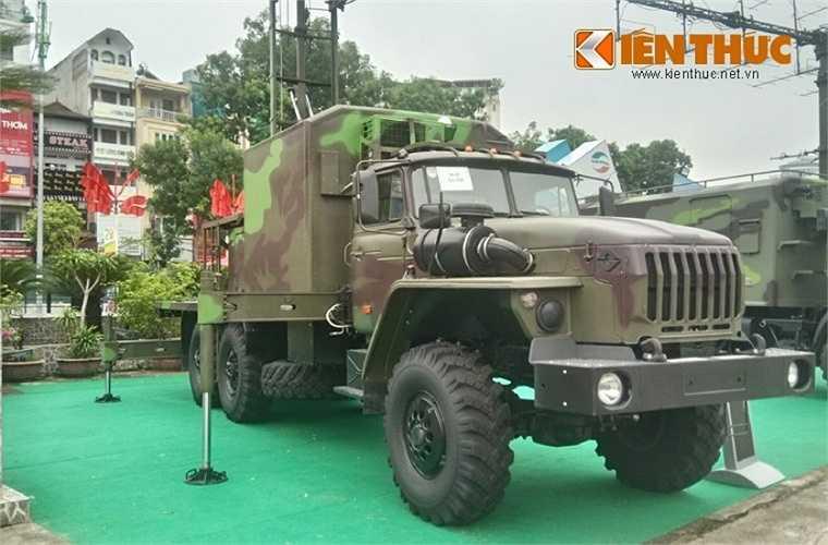 Đài VRS-2DM cũng được đặt trên khung gầm cơ sở xe bánh lốp 6x6 bánh đem lại khả năng cơ động cao, triển khai thu hồi nhanh gọn phù hợp với chiến tranh hiện đại.