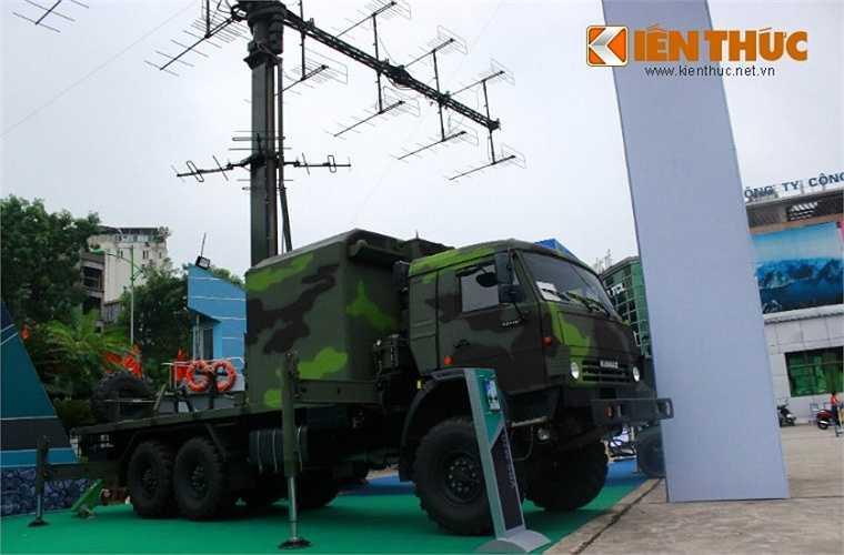 Hệ thống anten đài radar VRS-M2D đặt trên khung gầm cơ sở xe vận tải bánh lốp 6x6 Kamaz do Nga chế tạo.