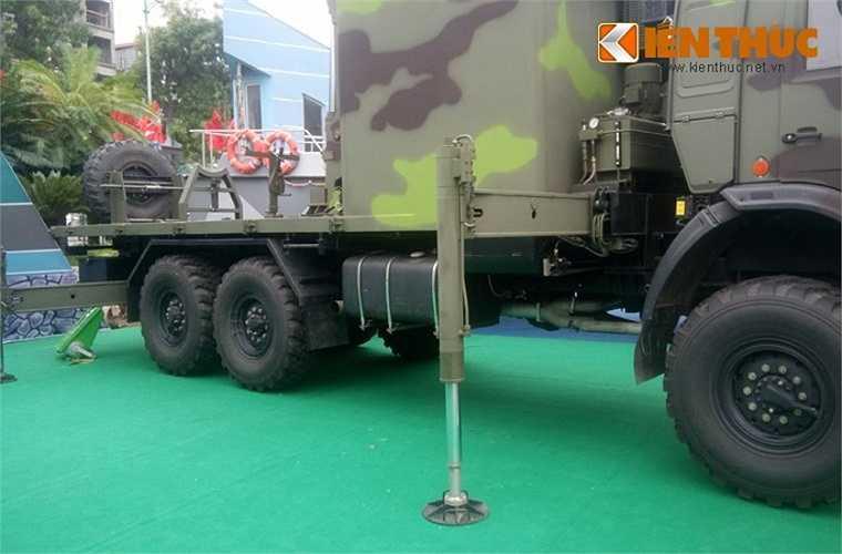Xe được trang bị các chân trống thủy lực để cố định khung xe khi triển khai radar hoạt động.