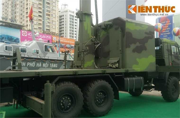 Anten radar có thể gấp gọn đặt ở sau xe trong trạng thái hành quân.