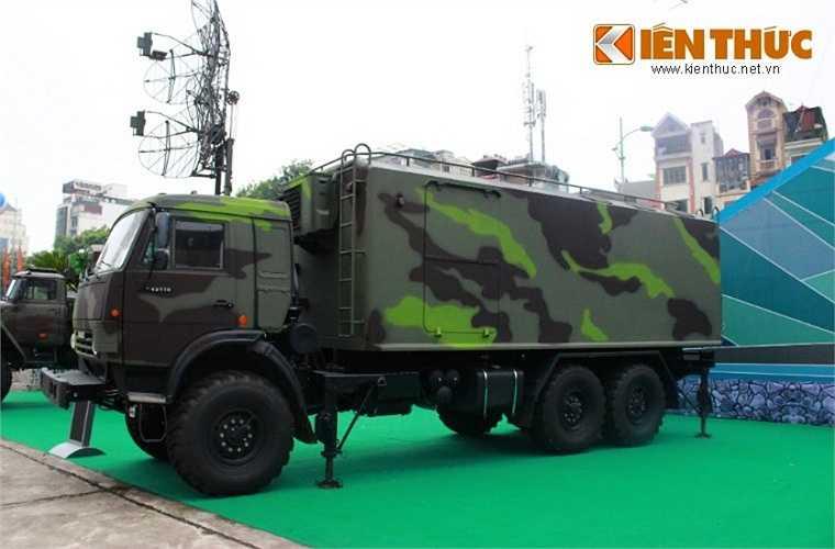 Ngay bên cạnh anten radar VRS-M2D là cabin điều khiển cũng đặt trên khung gầm xe Kamaz.
