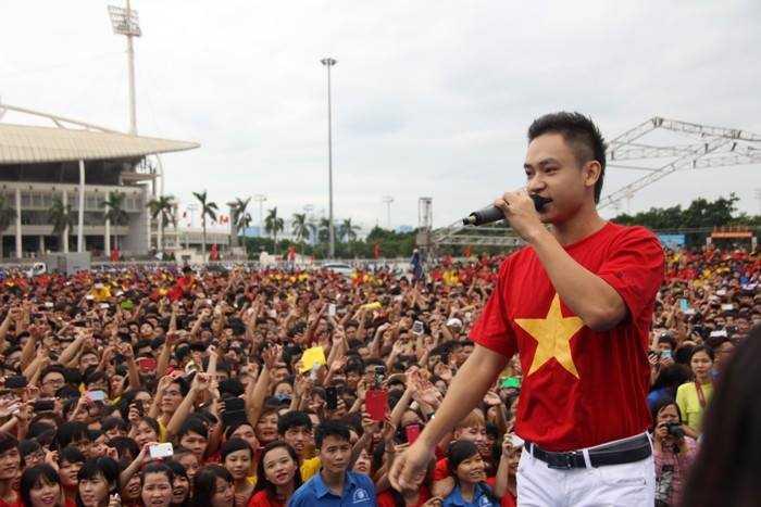Ca sỹ trẻ Duy Khoa cũng được hàng nghìn bạn trẻ hâm mộ