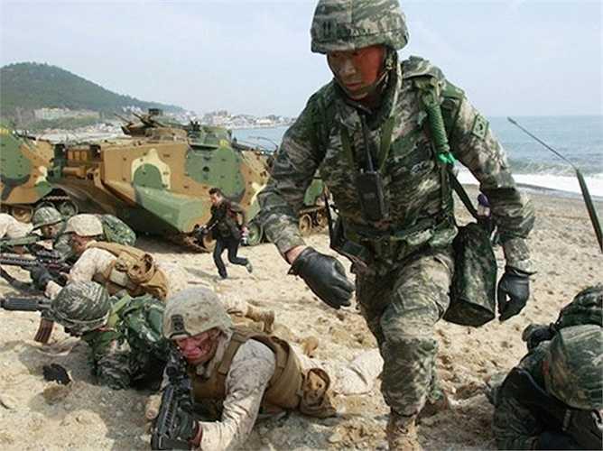 Không thua kém người láng giềng, ngày 24/2, Hàn Quốc tuyên bố sẽ tập trận chung với Mỹ. Đây là lần tập trận bắn đạn thật, bao gồm Key Resolve kéo dài 1 tuần với máy tính mô phỏng và Foal Eagle kéo dài tới 8 tuần với hàng trăm nghìn quân tham gia