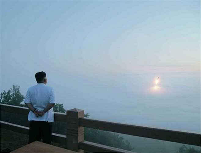 Căng thẳng tiếp tục leo thang trong tháng 3 giữa Hàn – Triều. Truyền thông quốc tế công bố những hình ảnh cho thấy nhà lãnh đạo Kim Jong-Un đang thị sát một cuộc thử tên lửa lần thứ 3 trong 3 tháng đầu năm. Đây được coi là lọai tên lửa tầm ngắn với cự ly khoảng 490 km xuống Đông Hải từ thành phố cảng Nampo