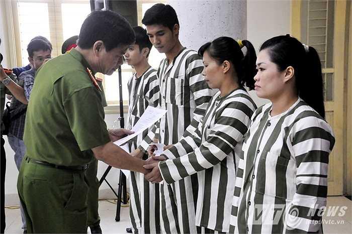 Trong ảnh, các phạm nhân tại Trại tạm giam số 1 (Công an TP Hà Nội) trao quyết định đặc xá cho các phạm nhân.