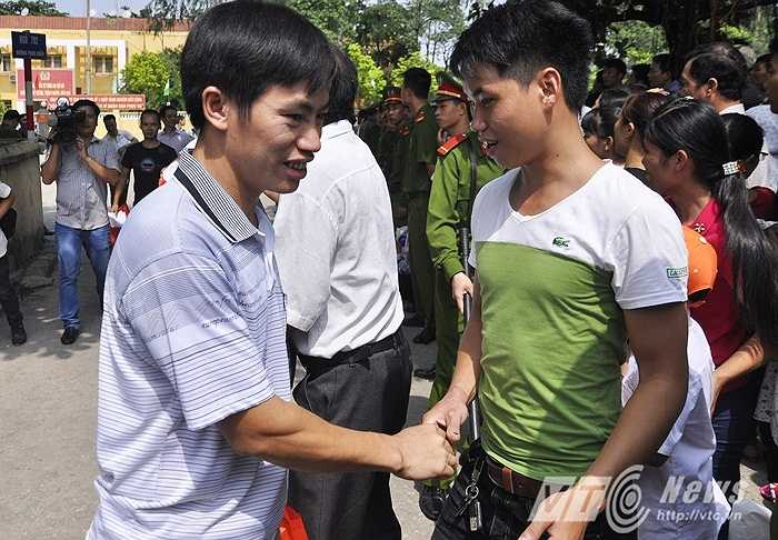 Bạn bè đến chia vui, chúc mừng các phạm nhân được tha tù trước thời hạn.