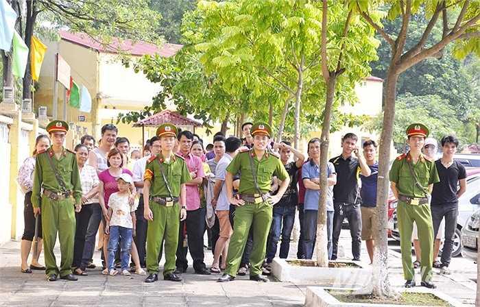 Ngay từ sáng sớm, hàng trăm gia đình, bạn bè của các phạm nhân đã có mặt tại cổng Trại tạm giam số 1 để đón người thân.
