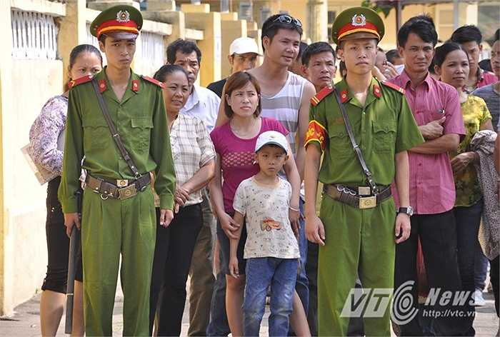 Nhiều trẻ em cùng gia đình đến đón các phạm nhân tại cổng trại.