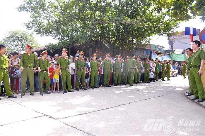 Cổng Trại tạm giam số 1 (Công an TP Hà Nội) chật kín người.
