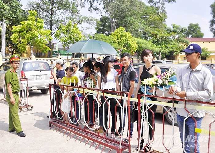 Người thân đội nắng đón phạm nhân. Nhiều gia đình chia sẻ, thuê đến gần chục ô tô đến đón người thân trong ngày được đặc xá này.