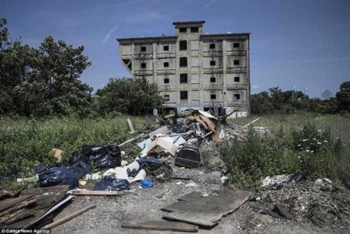 Tòa nhà bỏ hoang với tường đầy vết đạn tại Camden, một trong những thành phố nguy hiểm nhất nước Mỹ.