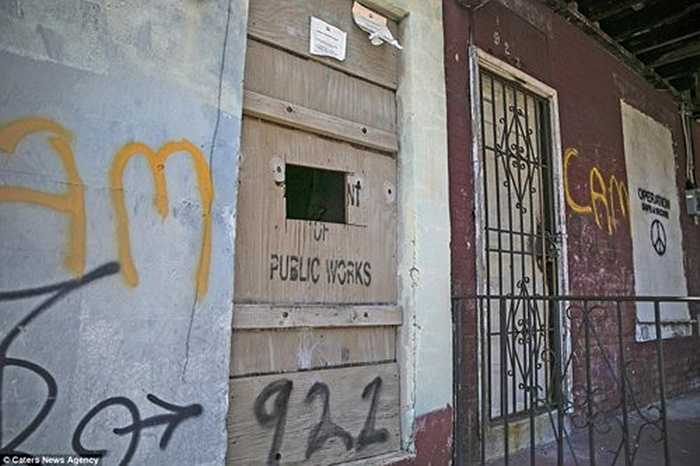 Một ngôi nhà hoang được sử dụng làm nơi buôn bán ma túy bất hợp pháp