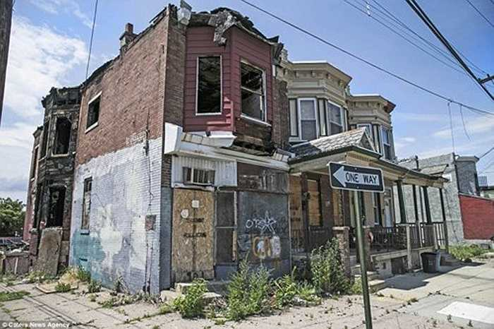 Nhiều ngôi nhà bị bỏ hoang do người dân chuyển khỏi thành phố Camden vì lo ngại tình trạng tội phạm tại đây.  Camden trông như một thị trấn 'ma'.