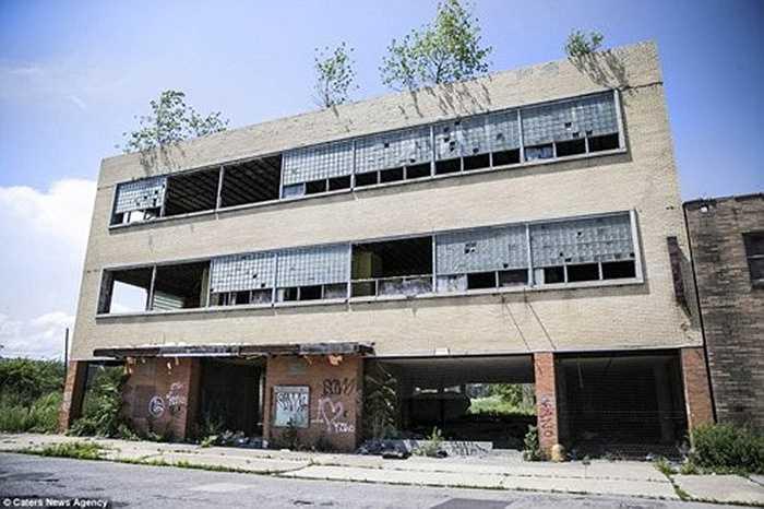 Một tòa nhà bỏ hoang với nhiều vết đạn trên cửa kính.