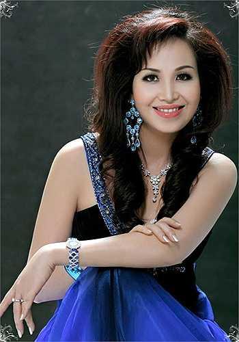 Cũng như Bùi Bích Phương, Hoa hậu Nguyễn Diệu Hoa sinh ra và lớn lên trong một gia đình trí thức có nề nếp