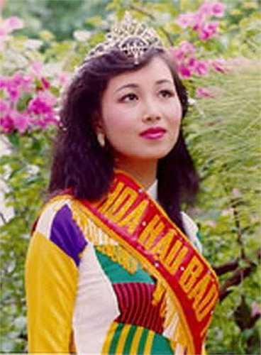 Sau khi tốt nghiệp Đại học ngoại ngữ trong nước, Nguyễn Diệu Hoa có thêm hai tấm bằng về tài chính quản trị và nghiệp vụ kinh tế ngoại thương của Úc.