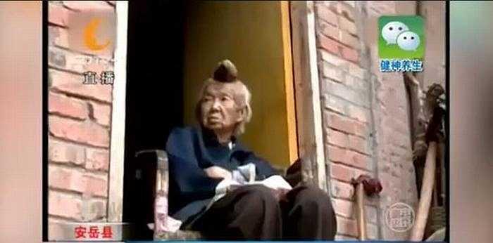 6 tháng trở lại đây, bà Liang bắt đầu phàn nàn và luôn cảm thấy khó chịu, ngứa ngáy ở chiếc sừng. 'Bây giờ cái sừng khiến mẹ tôi bị đau và ảnh hưởng đến giấc ngủ của bà', anh Wang (con trai bà Liang) nói.