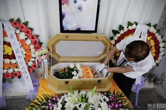 Chi phí cho một đám tang như thế này vào khoảng 500 nhân dân tệ - 9000 nhân dân tệ (khoảng 1,5 triệu đồng - 29 triệu đồng) tùy vào lựa chọn của khách hàng