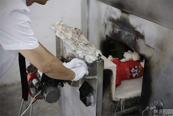 Sau khi được thực hiện các nghi thức tang lễ, con vật được đưa vào khu vực hỏa táng