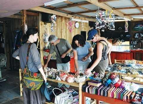 Khi đi mua sắm, du khách cần chú ý tham khảo giá kỹ để tránh bị chặt chém khi đi du lịch dịp 2/9