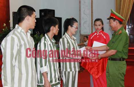 Thứ trưởng Lê Quý Vương trao Quyết định đặc xá cho Vũ Thị Kim Anh.