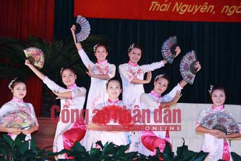 Vũ Thị Kim Anh (người ngồi giữa) tham gia tiết mục văn nghệ chào mừng Lễ công bố quyết định đặc xá.