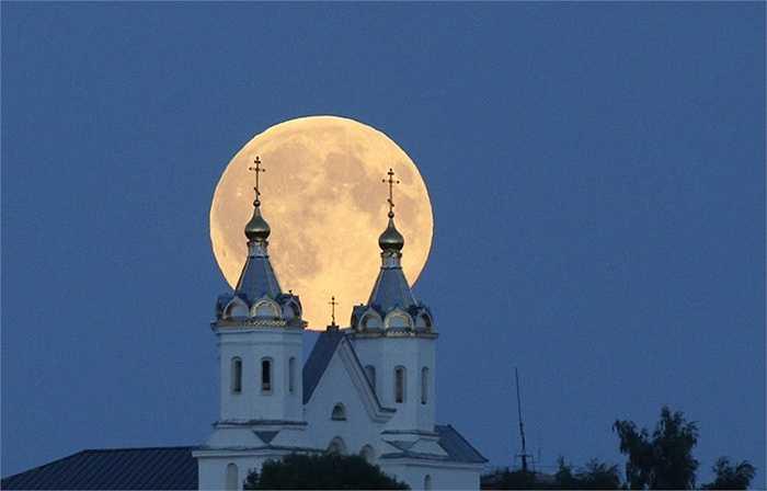 Hôm qua (30/8), siêu trăng đã xuất hiện trên khắp thế giới. Hình ảnh chụp siêu trăng trên nóc của nhà thờ ở Belarus