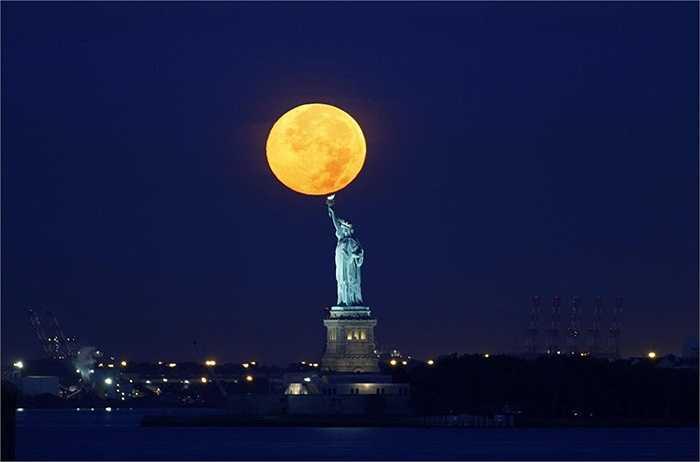 Siêu trăng chụp ở tượng Nữ Thần Tự Do (Newyork, Mỹ)