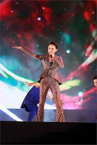 Tóc Tiên cùng rất nhiều sao Việt đã cùng góp mặt tại một đại hội âm nhạc được tổ chức vào tối qua (30/8).