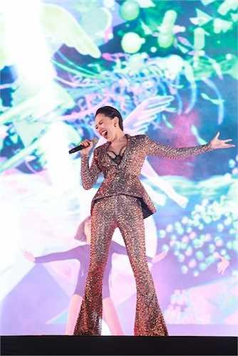 Tóc Tiên 'đốt cháy' sân khấu với những ca khúc sôi động và vẻ gợi cảm khó cưỡng.