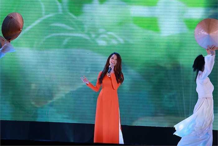 Nữ ca sỹ Bảo Anh mở đầu đại nhạc hội với hai ca khúc Hello Vietnam và Và em đã biết mình yêu.