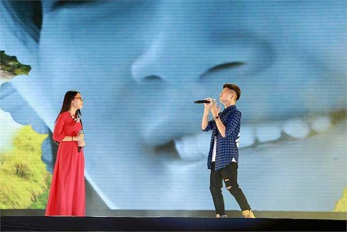 Sau khi biểu diễn Quê hương, Hành trình trên đất phù sa, Phương Mỹ Chi song ca cùng Quang Anh The voice kids Ôi quê tôi. Quang Anh cũng gửi đến bài hát Chiếc khăn Piêu.